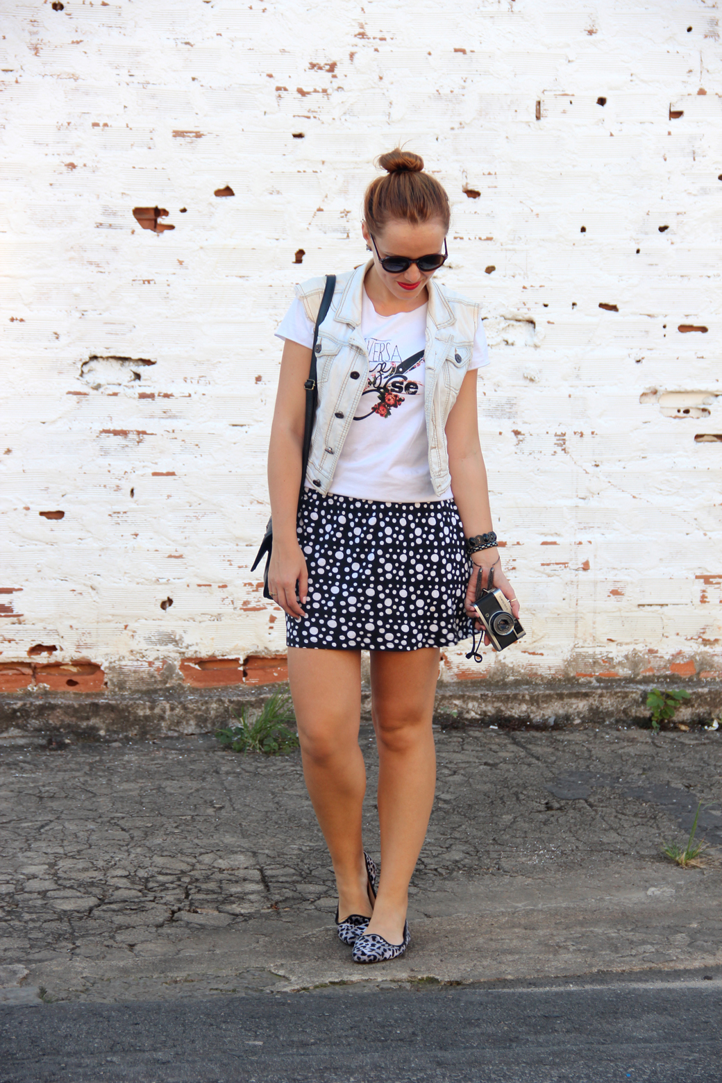 Look t-shirt branca e saia retro 5