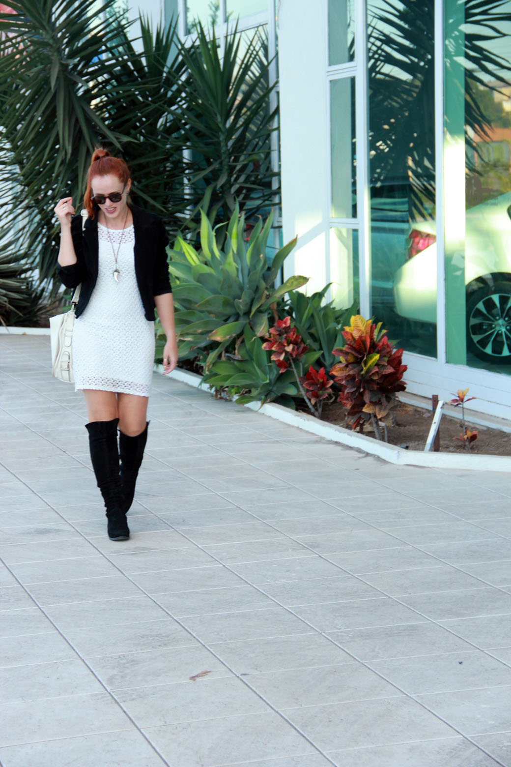Look vestido branco e bota over the knee 1