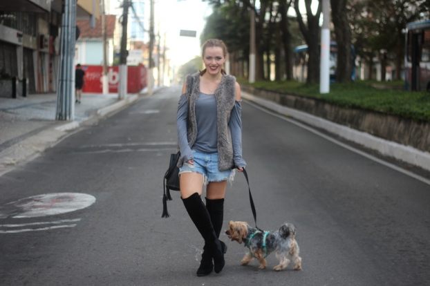 Look cinza jeans e bota over the knee 3