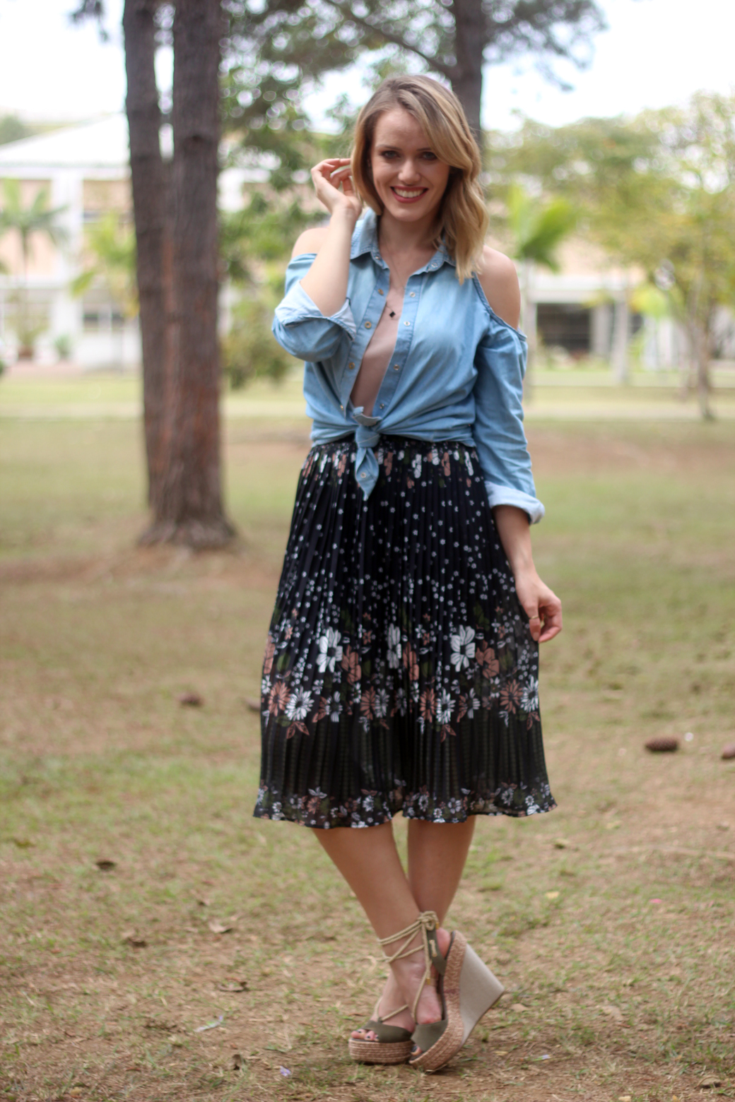 Look floral jeans e espadrille anabela arezzo 3